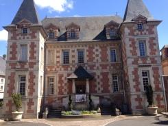 L'Hôtel Montepensier a été bâti en 1624. Décor en damier de briques roses et de pierres construit sur le mode parisien. C'est aujourd'hui la bibliothèque de Pont-l'Evêque.
