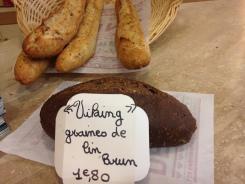 Une spécialité locale: un pain fait avec des graines de lin brun. Succulent...
