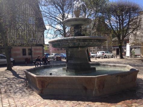 Fontaine sur la place du Tribunal