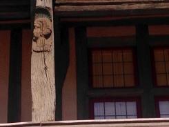 Poteaux sculptés et traces de polychromie à l'ancien couvent des Dominicaines