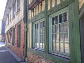Rue de Vaucelles : ce quartier ancien recèle d'anciennes maisons en pan de bois des 16ème et 17ème siècles. Ce quartier a été restauré en 1995 et remis aux couleurs du Moyen-Âge.