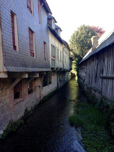 le pont de l'Yvie, bordée d'anciennes maisons de tanneurs