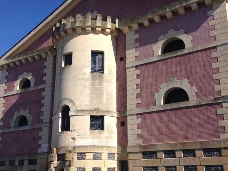 Au bout de la rue Vicomté, l'ancienne prison surnommée La Joyeuse Prison, construite début 19è.