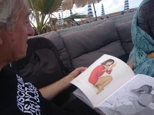 Michel Trehet en train de feuilleter le livre de photos consacré à Lionel Kazan