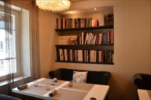 le salon cosy de l'étage, avec sa bibliothèque, où l'on peut également passer à table