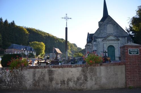 """Pour la petite histoire, le cimetière de Saint-Hymer accueille chaque année de nombreux pèlerins venus se recueillir sur la """"vedette"""" locale, La Mère Denis"""